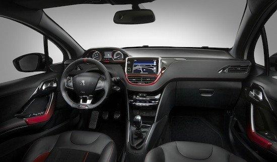 El interior cuenta con detalles de color rojo, pedales metálicos y volante y asientos deportivos.