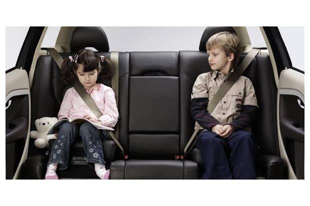 Ni os en el coche lo que dice la ley de seguridad vial for Asientos infantiles coche