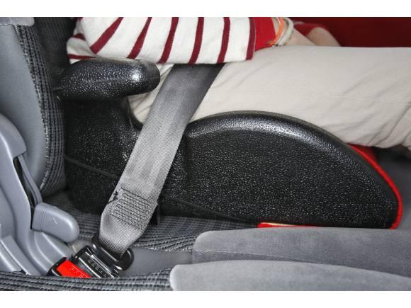 Los padres no llevan a los niños en el coche correctamente