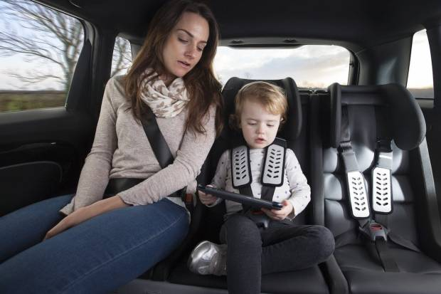 ¿Es obligatorio que un adulto vaya en las plazas traseras del coche con los niños?
