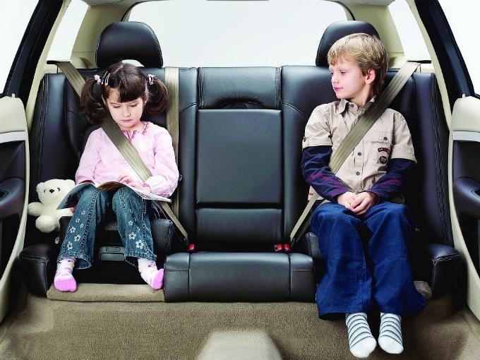 Adultos niño coche