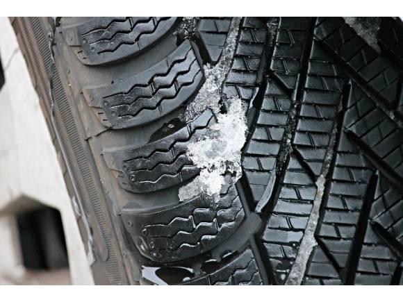 Más de millón y medio de vehículos circulan con errores graves en los neumáticos