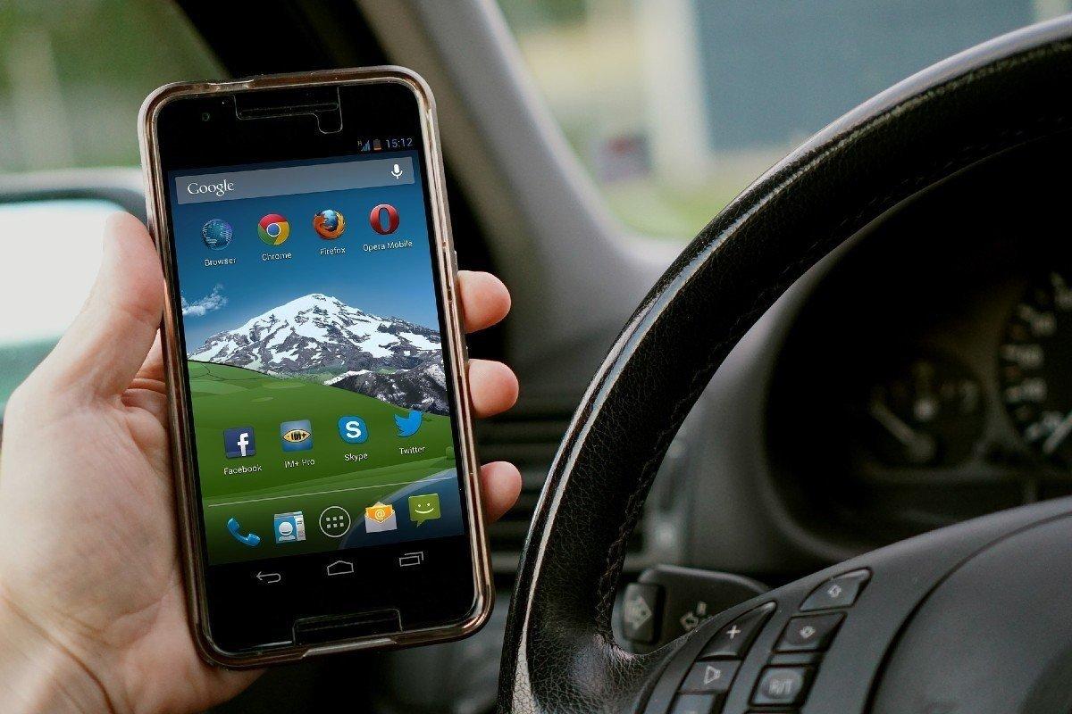 Multa usar teléfono coche