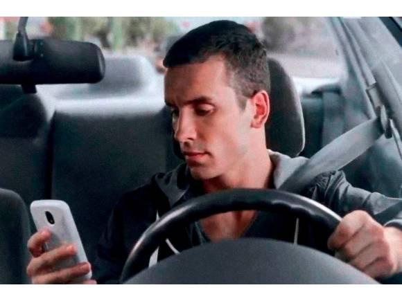 Usar el móvil mientras se conduce podrá suponer perder 6 puntos