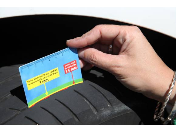 Cómo comprobar el desgaste de los neumáticos