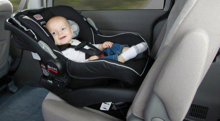 C mo llevar a un reci n nacido en el coche for Asientos infantiles coche