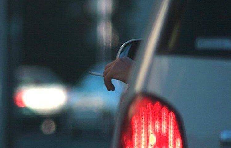 jovenes distraen movil coche