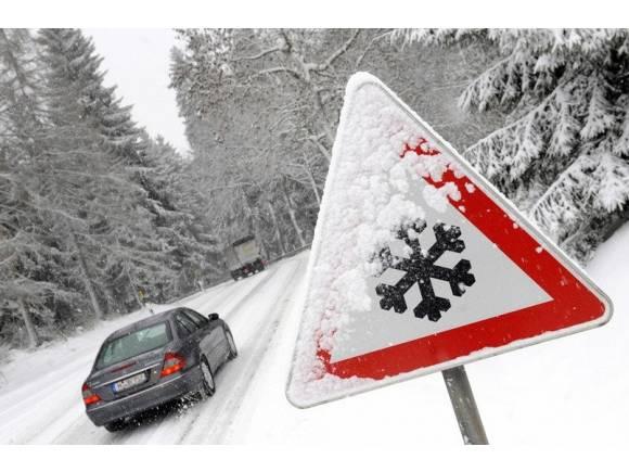 5 cosas que no debes hacer mientras conduces sobre nieve