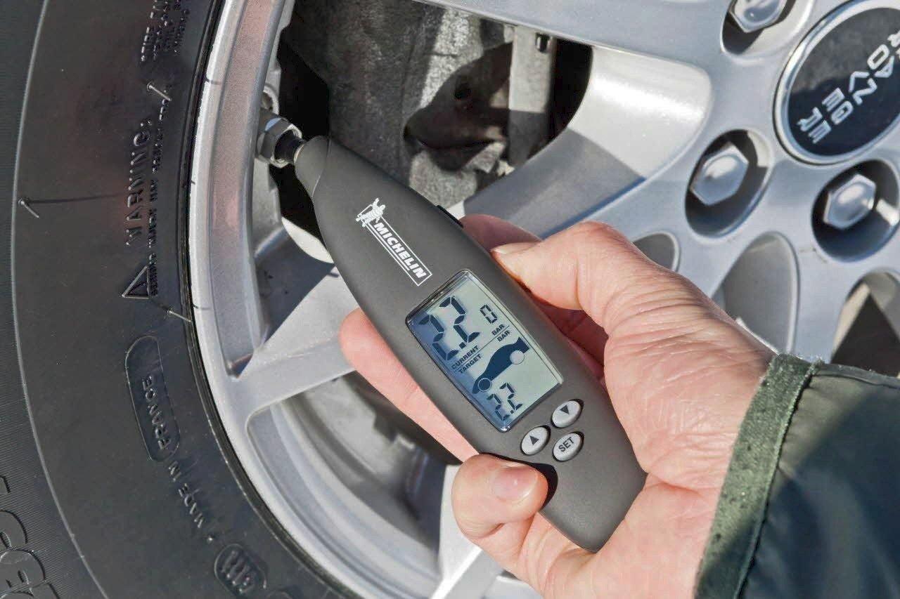 Revisar la presión de neumáticos